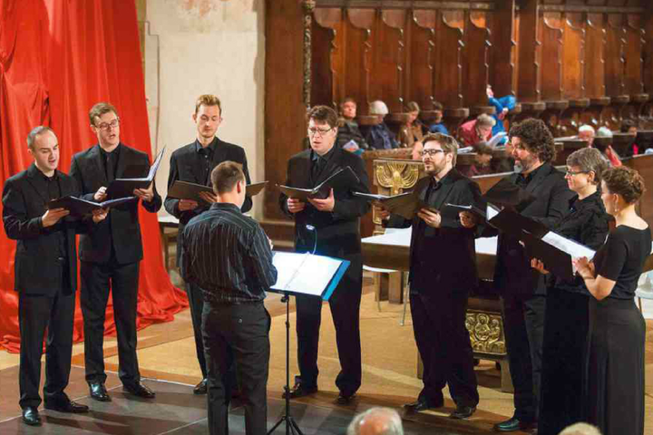 Jesse Rodin's students perform Johannes Ockeghem's Missa Ecce Ancilla Domini from a modern choirbook in January 2016 in Stanford's Memorial Church.